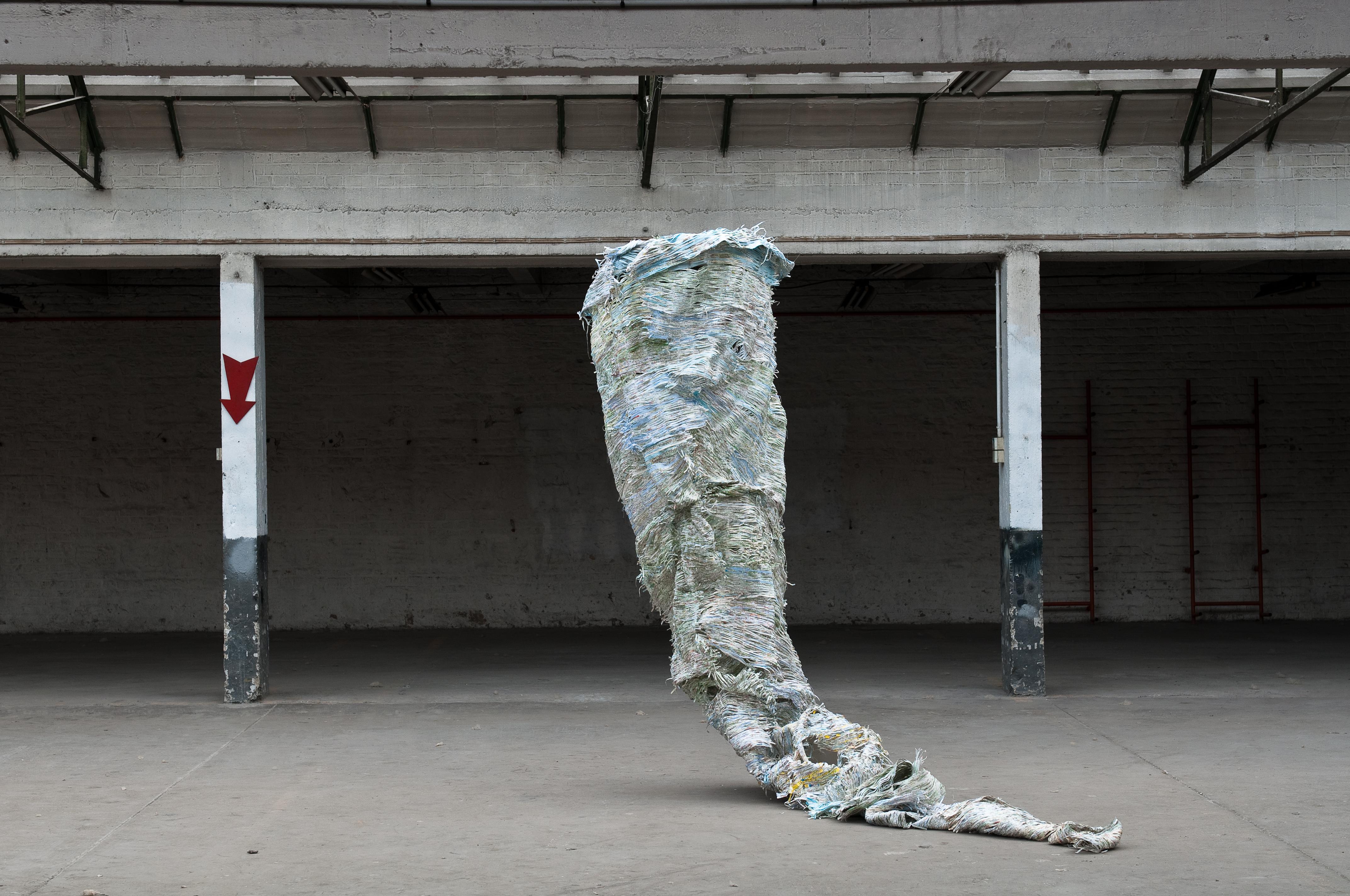Papier, fil coton , fil nylon et tube de PVC /420 cm / 2006 Photographie Rémi Vimont